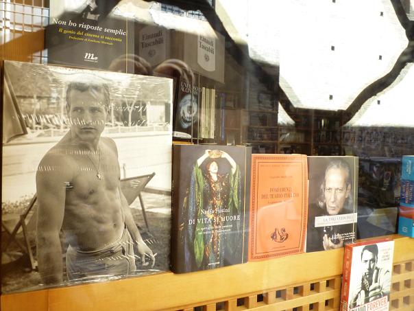Bologne (Italie), juillet 2011. Vitrine d'une librairie